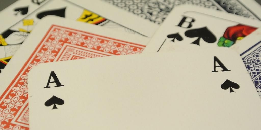 Žolíkové karty položené na stole