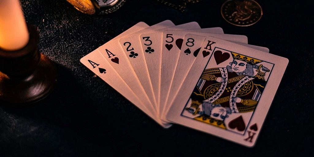 Hracie karty položené na stole.